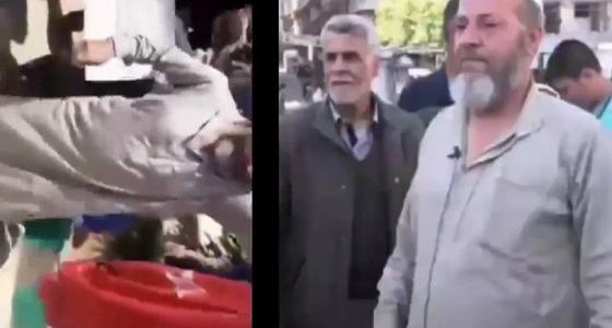 بالفيديو.. مسِّن سوري أحرق علم تركيا يعتذر تحت التهديد