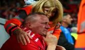 بالصور.. امرأة تحتضن مشجع ليفربولي يبكي بعد الريمونتادا التاريخية