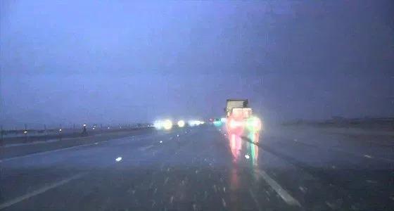 بعد هبوب الرياح.. أمطار شبه غزيرة على طريق الطائف – الرياض