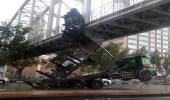 شاحنة تصطدم بجسر مشاه في مكة وتعطل حركة السير