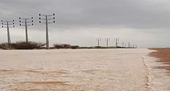 بالفيديو.. السيول تضرب شمالالطائف وتغلق طريق عشيرة المحاني