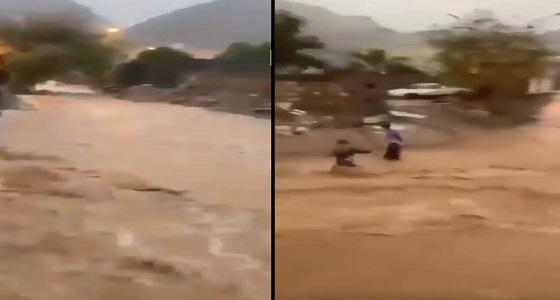 بالفيديو .. نهاية مآساوية لطفل يلعب في سيول نجران رغم التحذيرات