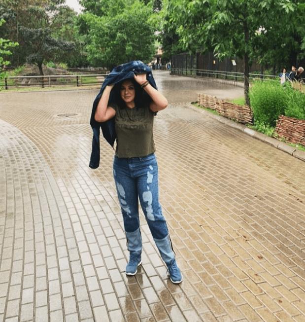 سلاف فواخرجي تختبىء من المطر