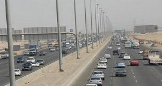 انقلاب شاحنة ركاب وكثافة مرورية على طريق مكة جدة