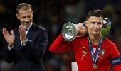 ردة فعل رونالدو على عدم اختيارهكأفضل لاعب في مباراة البرتغال وهولندا