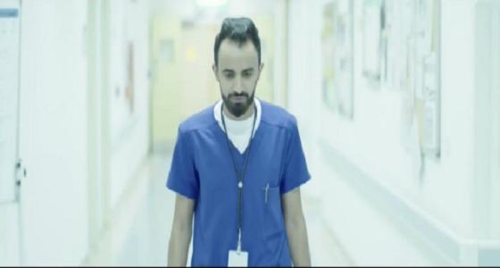 """"""" الابتسامة دائمة """" .. ممرض يحكي ما يواجهه الممرضين يوميًا (فيديو)"""