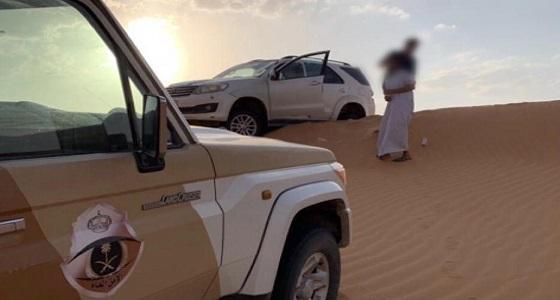 """بالصور.. تعطل سيارة 3 أشخاص بصحراء """" النفود """""""
