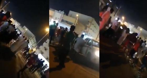 بالفيديو.. مضاربة جماعية بين عمالة بصامطة ورجل أمن يتدخل ويطلق النار لفض الاشتباك