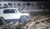 بالفيديو.. لحظة إنقاذ سيارة عالقة في شاطئ العقيق بالعزيزية
