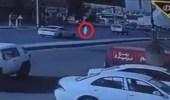 بالفيديو.. سيارة تصدم وافداً وتدفعه في الهواء على طريق سريع ببريدة