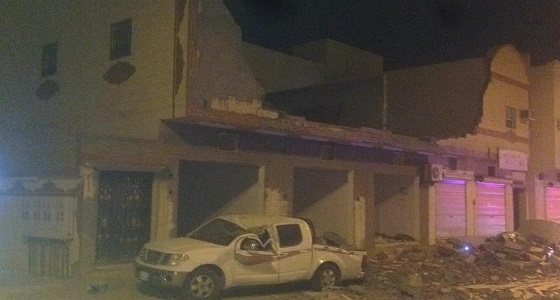 بالصور.. انهيار واجهة مبنى سكني في القريات يسفر عن تضرر سيارتين