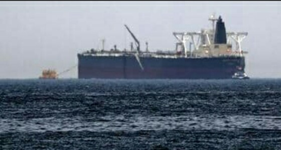 اكتشاف قارب إيراني مفخخ بطريق مدمرة بريطانية