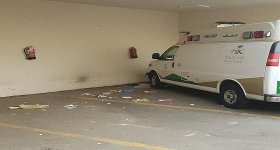النفايات تنتشر في موقف إسعاف مستشفى بمكة