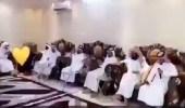 بالفيديو.. مواطنة تتوسط 40 من أبنائها وأحفادها في جلسة أسبوعية لتلاوة القرآن