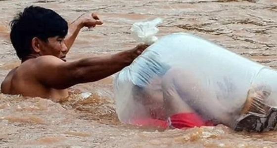 بالفيديو.. طلاب يعبرون النهر في أكياس طلبا للعلم