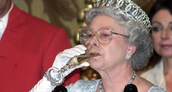 ملكة بريطانيا تأخذ معها عينة من الدم أثناء رحلاتها