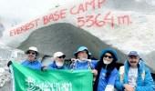 بالصور.. نجاح مجموعة من كبار السن في الصعود لقمة إيفرست