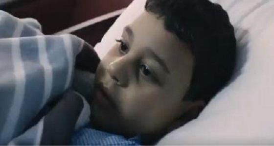 فيديو مؤثر لتعامل أهالي المدينة مع طفل مصري فقد والديه في حادث مأسوي