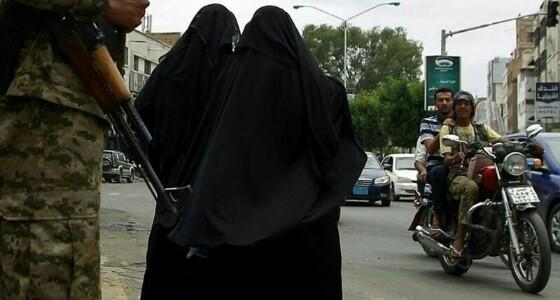 بالفيديو.. الحوثيون ينتهكون الآدمية بسجونهم ويعتدون على النساء