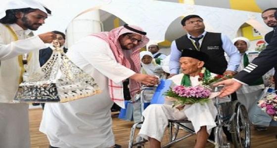 بالصور..وصول المعمر الإندونيسي إلى مطار الملك عبدالعزيز الدولي بعد توجيه خادم الحرمين