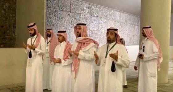 بالفيديو.. شيوخ قطريون يحاربون تعنت تنظيم الحمدين ويؤدون مناسك الحج