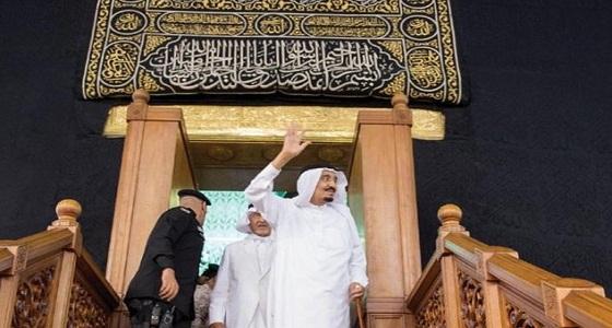 شاهد.. خادم الحرمين يلقي التحية على الحجاج بعد غسل الكعبة المشرفة