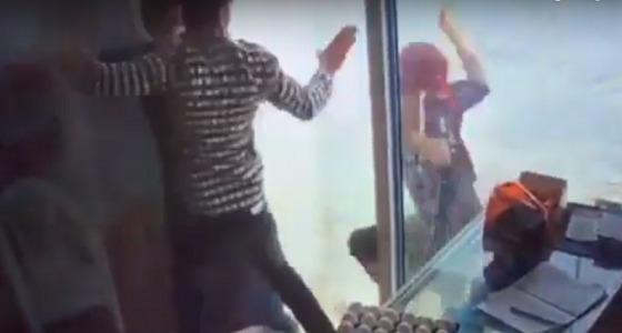 فيديو يوثق عملية سطو مسلح على بقالة بالخرج
