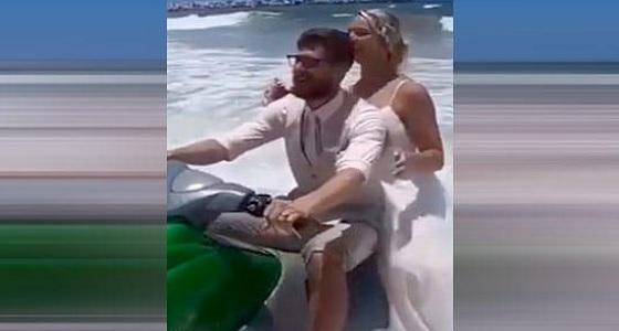 عروس تسقط في المياه وهي تلتقط صور الزفاف