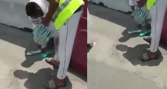 بالفيديو.. شباب مكة يبحثون عن حجاج لإعطائهم أحذية تقيهم حرارة الشمس