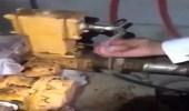 """بالفيديو.. مداهمة """" حوش """" تم تخصيصه لخلط البنزين بالديزل"""