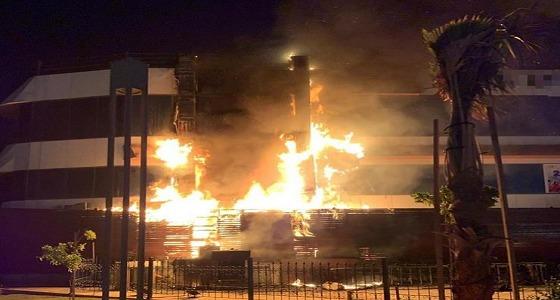 شاهد.. اندلاع حريق كبير في مطعم شهير بالجبيل