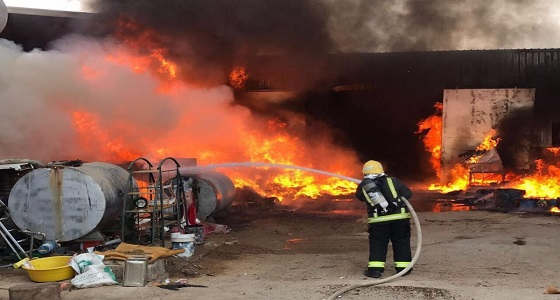 بالصور.. حريق مستودع للمواد البلاستيكية في جدة