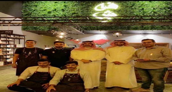 أمير عسير ووزير العمل في زيارة مفاجئة لمقهى بأبها