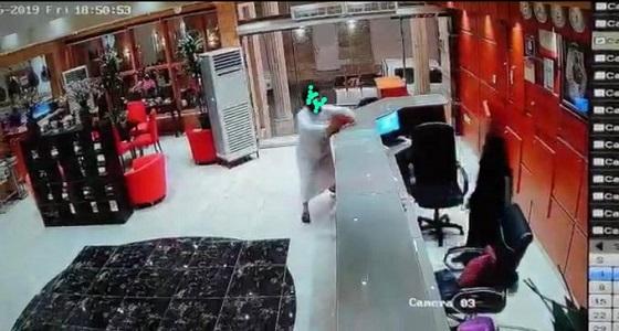 كواليس واقعة موظفة فندق صبيا: الرجل أساء التعبير وملتزم دينيًا