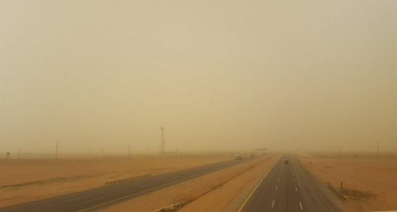 موجة غبار تحجب الرؤية الأفقية على طريق جدة - ينبع