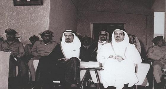 صورة تاريخية تجمع بين خادم الحرمين والملك فهد خلال حفل تخرج