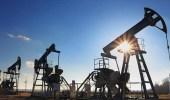 النفط يغلق منخفضا وينهي الأسبوع على خسائر