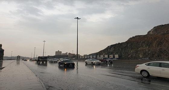 هطول أمطار غزيرة مصحوبة برياح مثارة على عدة مناطق في مكة