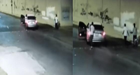 بالفيديو.. شرطة الرياض تطيح بشابين لسلبهما مقيم تحت تهديد السلاح