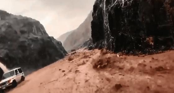 بالفيديو.. سيول شديدة في عقبة بني مسعود بمكة