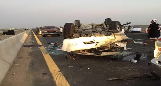 اصطدام مركبتين وإنقلاب إحداهما في جدة