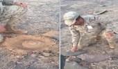 «ابتعدوا لو صار شي أصيب لحالي»..عقيد يوضح طريقة كشف الألغام التي زرعها الحوثيين