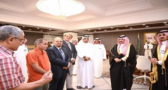 أمير عسير يكرم فريق طبي من السعودي الألماني أجرى عملية نادرة لمسنة سورية