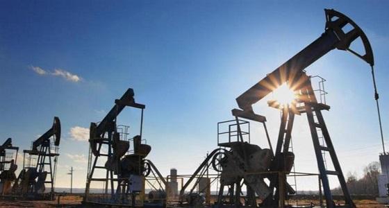 أسعار النفط تواصل خسائرها بفعل بيانات ضعيفة