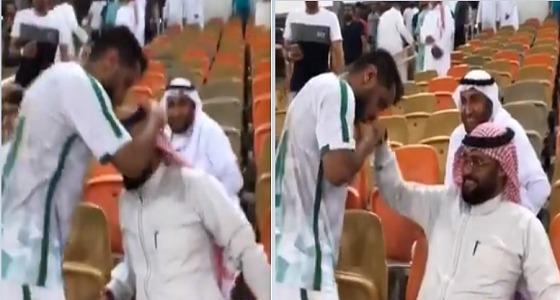 بالفيديو.. لحظة صعود عسيري للمدرجات لتقبيل رأس والده بعد لقاء التعاون