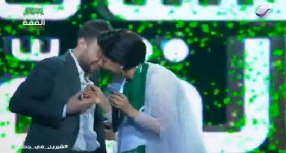 خبيرة إتيكيت تهاجم شيرين بسبب تقبيل يد زوجها