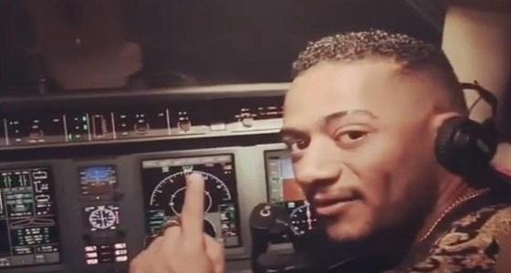 محمد رمضان يقود طائرة للمرة الأولى ويتجه إلى الرياض (فيديو)