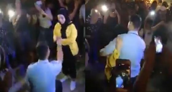 شاهد.. شاب يتقدم للزواج من فتاة ويحتضنها رغم حجابها خلال مظاهرات لبنان