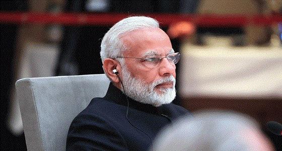 شاهد.. رئيس وزراء الهند يجمع القمامة حافي القدمين