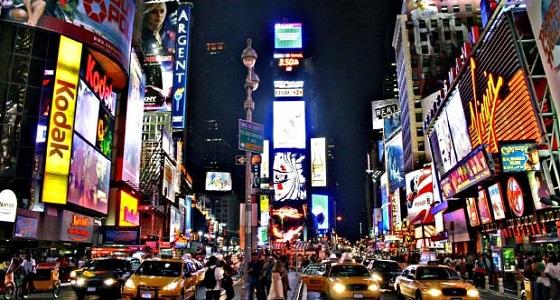لوحة إعلانات في شارع عام تعرض فيلما إباحيًا بعد اختراقها